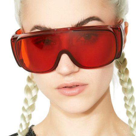 Model met veiligheidsbril op