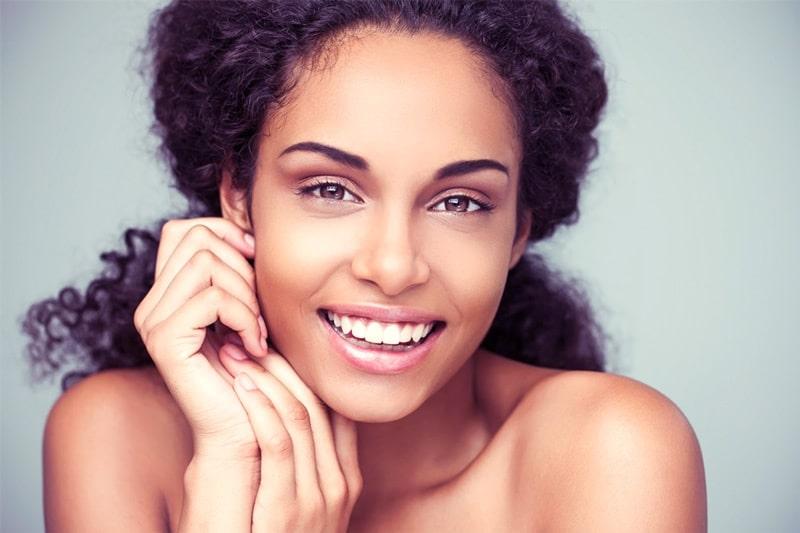 vrouw met witte tanden